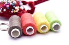 Threads für das Nähen auf einem weißen Hintergrund stockfotografie