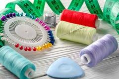 Threads gefärbt und Nadelspule alle für das Nähen Stockbild