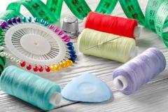 Threads gefärbt und Nadelspule alle für das Nähen Stockfotos