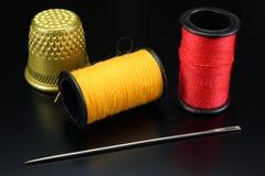 Threads mit Nadel und Muffe Stockfotos