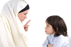 threating她的母亲回教的儿子 免版税库存图片