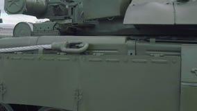 Threatning trevlig kraftig sida och främre sikt av behållaren för huvudsaklig strid T-72B3 stock video