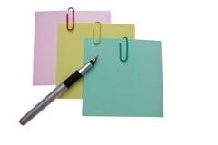 Three-color Aufkleber und eine silberne Feder Lizenzfreie Stockfotos