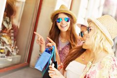 Three friends window shopping Royalty Free Stock Photos