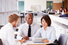 Three office colleagues in a casual team meeting Royalty Free Stock Photos