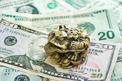 Free Three-pad Frog With A Coin Royalty Free Stock Images - 13326479