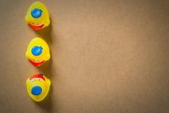 9Three peu de caneton en caoutchouc jaune Images stock