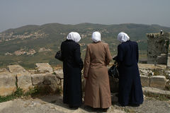 Three visitors enjoy the sight from castle Krak des Chevaliers i Royalty Free Stock Photography