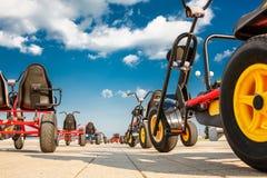 Three-wheeled fietsauto's zijn in het Park op het asfalt stock afbeeldingen