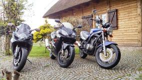 Threemotorcycles de Suzuki GS 500 et de Honda CBR 600 Suzuki GSX-R 600 Photographie stock