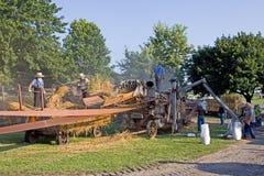Threshing - máquina na operação Fotos de Stock
