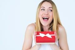 Thrilled a excité le présent de surprise de boîte-cadeau de femme image stock