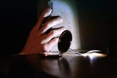 Thriller, die Hand auf der Wand und Uhr Stockfotografie