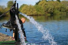 Thrillersucher ` s Raketenrucksack für Jet-Lev oder Jet-Levitation wartet durch den Seeufer lizenzfreies stockfoto