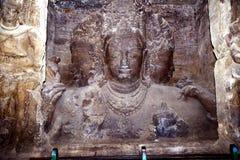 Thrimurthi skulptur i Elephanta grottor Arkivbild