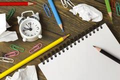 Throes der Schaffung, aller Zeichnung, der farbigen Bleistifte und des Papiers Lizenzfreies Stockbild