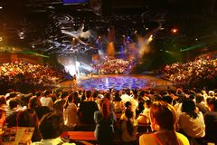 Free Throng Of Tourist Packed An Indoor Show Performance Stock Photography - 149342362