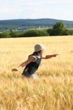 Throug corriente del muchacho el campo de la cebada Fotos de archivo libres de regalías