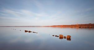 Throug en bois de pilier le lac Photographie stock libre de droits