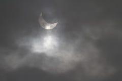 Eclissi solare parziale vista attraverso le nuvole Fotografia Stock Libera da Diritti