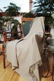 Throw auf einem antiken Stuhl lizenzfreie stockfotos