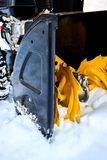 Thrower χιονιού είναι ο καλύτερος βοηθός για την αφαίρεση χιονιού το χειμώνα Στοκ εικόνες με δικαίωμα ελεύθερης χρήσης