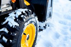 Thrower χιονιού είναι ο καλύτερος βοηθός για την αφαίρεση χιονιού το χειμώνα Στοκ εικόνα με δικαίωμα ελεύθερης χρήσης