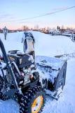 Thrower χιονιού είναι ο καλύτερος βοηθός για την αφαίρεση χιονιού το χειμώνα Στοκ φωτογραφία με δικαίωμα ελεύθερης χρήσης
