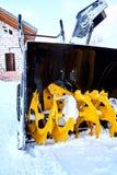 Thrower χιονιού είναι ο καλύτερος βοηθός για την αφαίρεση χιονιού το χειμώνα Στοκ Εικόνες
