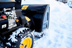 Thrower χιονιού είναι ο καλύτερος βοηθός για την αφαίρεση χιονιού το χειμώνα Στοκ φωτογραφίες με δικαίωμα ελεύθερης χρήσης