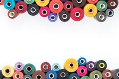Thrread de couture d'approvisionnements sur un fond blanc Textotez, couvrez, imprimez, affiche prête Photos libres de droits
