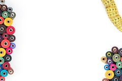 Thrread de couture d'approvisionnements sur un fond blanc Textotez, couvrez, imprimez, affiche prête Images libres de droits