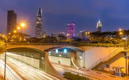 Thu Thiem Tunnel e costruzioni finanziarie di notte Fotografia Stock Libera da Diritti