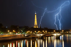Thuderbolt de gran alcance detrás de la torre Eiffel Fotos de archivo