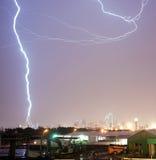 Thuderstorm produziert Blitz-Bolzen-Streiks Calatrava-Brücken-Dal Stockfoto