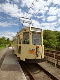 Thuin - 11. Juni: Alte Erbstraßenbahnstraßenbahn auf der Brücke über Sambre Foto am 11. Juni 2017 gemacht, Thuin, Belgien Lizenzfreie Stockbilder