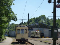 Thuin - 11. Juni: Alte Erbstraßenbahnstraßenbahn vor dem Transportmuseum Foto am 11. Juni 2017 gemacht, Thuin, Belgien Lizenzfreies Stockfoto