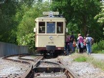 Thuin - 11 Juni: Het oude tramspoor van de erfenistram in biesme-sous-Thuin Foto op 11 Juni, 2017, Thuin, België wordt genomen da Stock Afbeeldingen