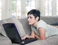 Thuis gebruikend laptop Stock Afbeelding