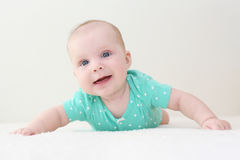 Thuis glimlachend 4 van het babymaanden meisje in muntbodysuit Royalty-vrije Stock Foto's