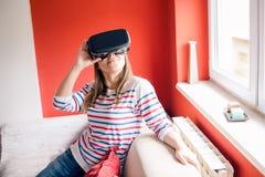 Thuis het gebruiken van VR googles Stock Foto's