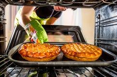 Thuis het koken in de oven stock foto's