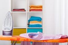 Thuis het strijken en het schoonmaken Stock Foto's