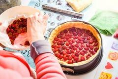 Thuis het voorbereiden van verse en zoete eigengemaakte kersenpastei op keuken tegen het zetten binnen rode kersen royalty-vrije stock afbeelding