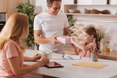 Thuis houdend van het rijpe ouders aanwezige geven aan de dochter royalty-vrije stock foto