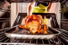 Thuis kokend kip in de oven stock foto's