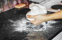 Thuis makend deeg door vrouwelijke handen Stock Fotografie