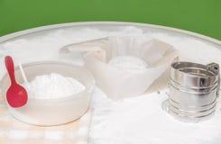 Thuis makend deeg voor baksel wit artisanaal brood stock fotografie