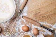 Thuis makend wafels - beslag in kom, eieren en bloemkroon royalty-vrije stock afbeelding