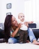 Thuis spelend de moeder van zijn zoon. Royalty-vrije Stock Afbeeldingen